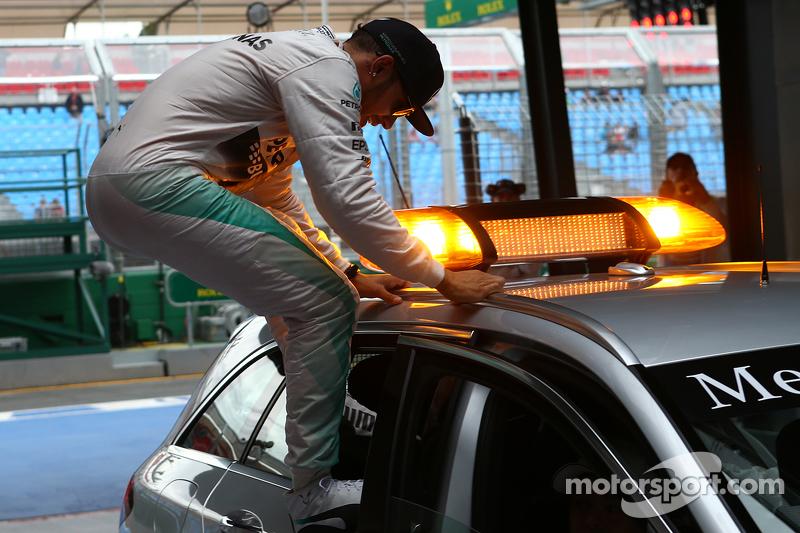 Hamilton salta fuera del coche medico en Australia 2015, cinco meses después de su última pole