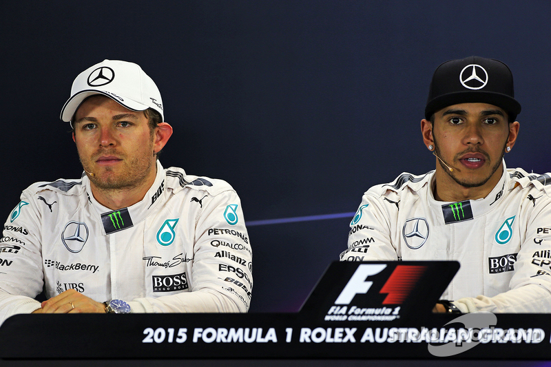 Peringkat kedua Nico Rosberg, Mercedes AMG F1 bersama team mate, dan pole pemenang balapan, Lewis Hamilton, Mercedes AMG F1 di FIA Press Conference
