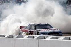El ganador de la carrera, Joey Logano celebra, Team Penske Ford