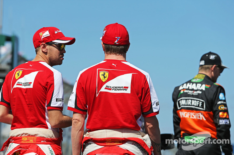 (Von links nach rechts): Sebastian Vettel, Ferrari, mit Kimi Räikkönen, Ferrari, bei der Fahrerparade