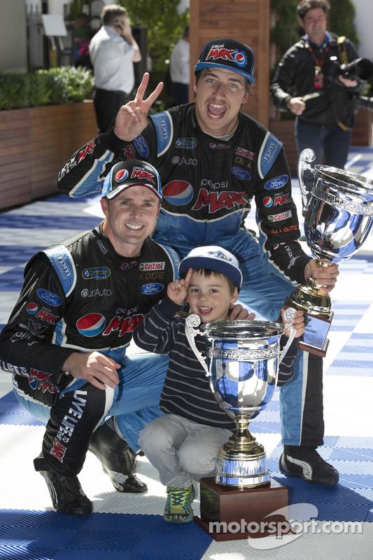 Juara balapan Mark Winterbottom, Prodrive Racing Australia Ford, dan Chaz Mostert, Prodrive Racing A