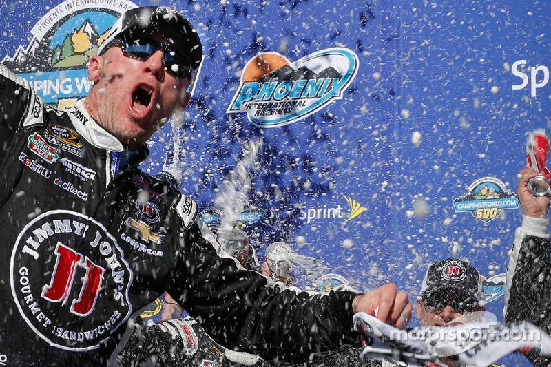 Juara balapan Kevin Harvick, Stewart-Haas Racing Chevrolet merayakans