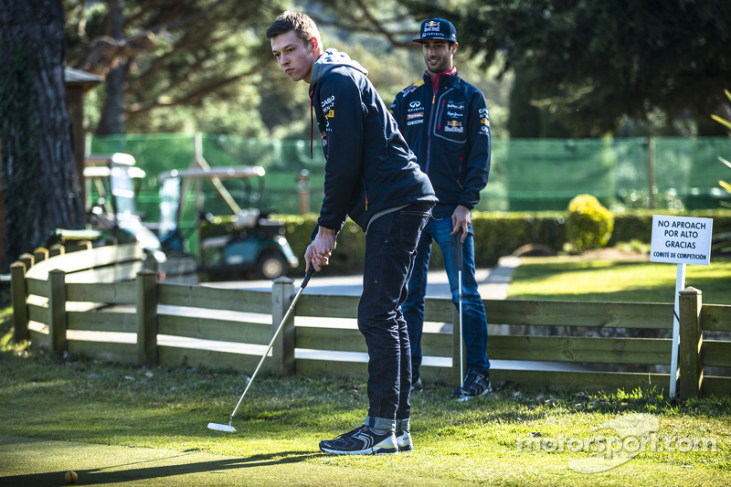 Daniel Ricciardo, Red Bull Racing, spielt Golf mit Daniil Kvyat, Red Bull Racing