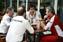 (L naar R): Paddy Lowe, Mercedes AMG F1 Executive Director, met Toto Wolff, Mercedes AMG F1 Aandeelh