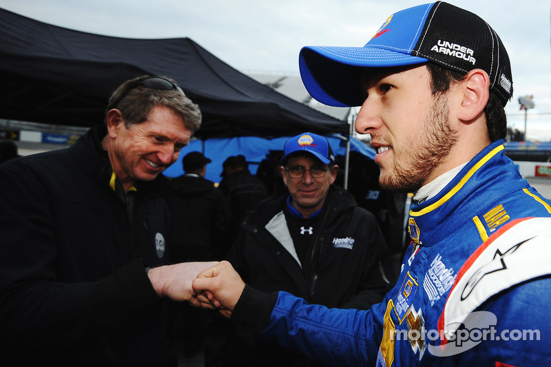 Chase Elliott, Hendrick Motorsports, Chevrolet, wird von seinem Vater Bill Elliott nach dem Qualifying beglückwünscht