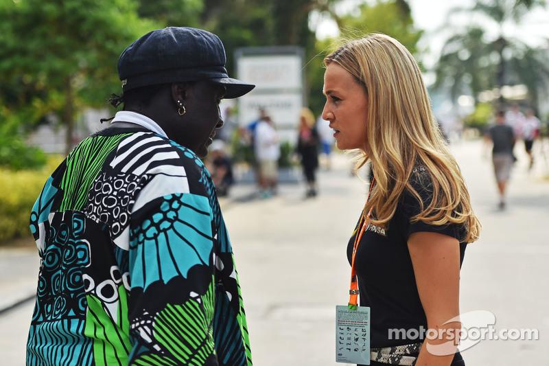 (Gauche à Droite) : Mr Moko avec Carmen Jorda, pilote de développement Lotus F1 Team