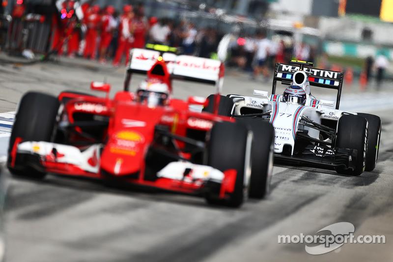 Valtteri Bottas, Williams FW37 atrás de Kimi Raikkonen y su Ferrari SF15-T