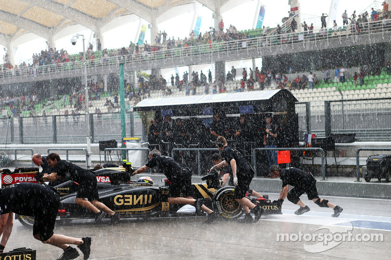 Pastor Maldonado, Lotus F1 E23 pushed back di pits as the rain falls di second part of qualifying