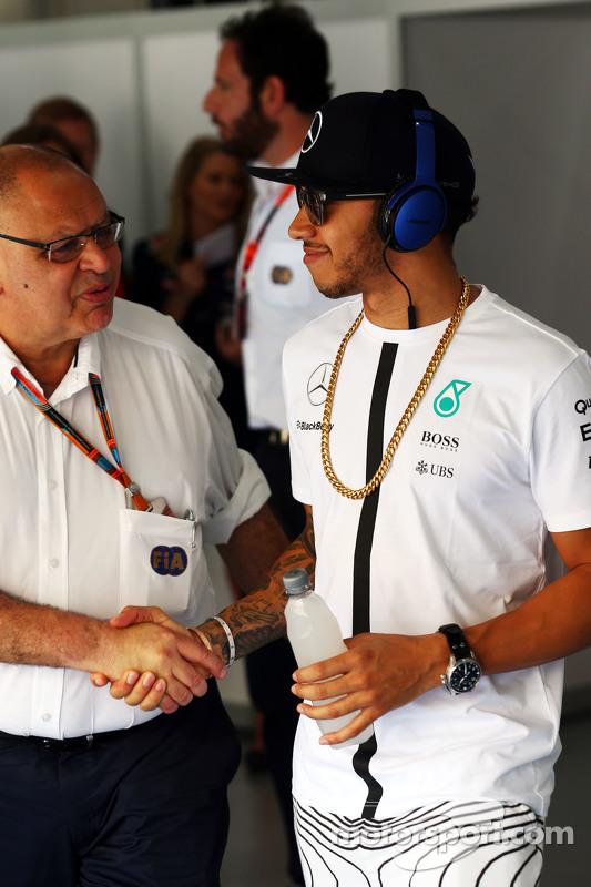 Lewis Hamilton, Mercedes AMG F1 bersama Pat Behar, FIA di drivers parade
