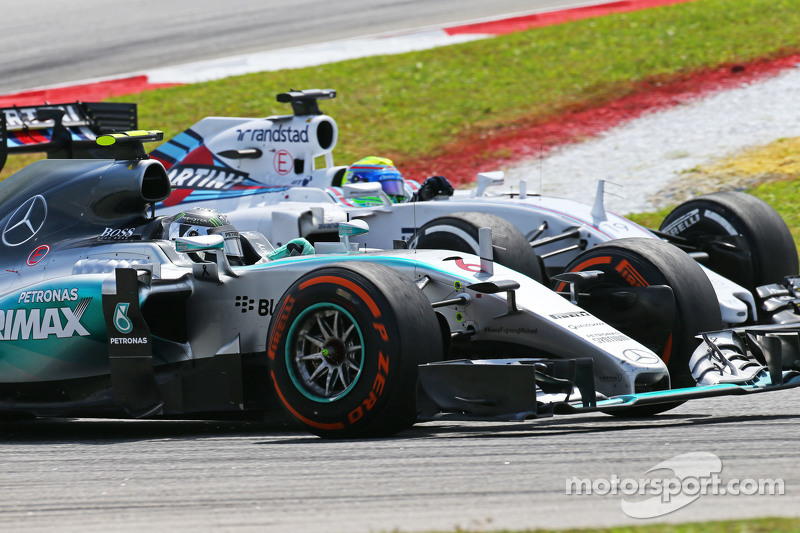 Nico Rosberg, Mercedes AMG F1 W06, dan Felipe Massa, Williams FW37 battle for position