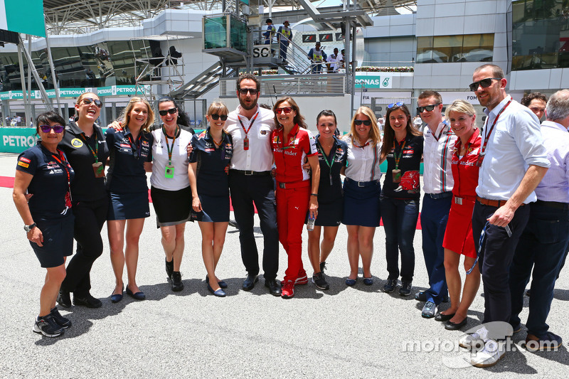 Matteo Bonciani, FIA-Pressevertreter, mit Pressevertretern der Teams in der Startaufstellung