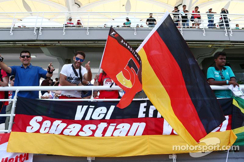 Sebastian Vettel, Ferrari fans, dan flags