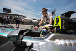 Льюис Хэмилтон Mercedes AMG F1 W06 на стартовой решетке