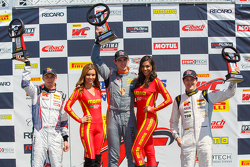 GT-Cup-Podium: 2. Sloan Urry, 1. Colin Thompson, 3. Lorenzo Trefethen