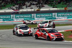 Pepe Oriola, SEAT Leon Racer, Craft Bamboo Racing LUKOIL, und Gianni Morbidelli, Honda Civic TCR, We