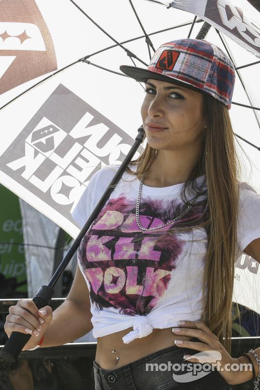 Chica en el Paddock