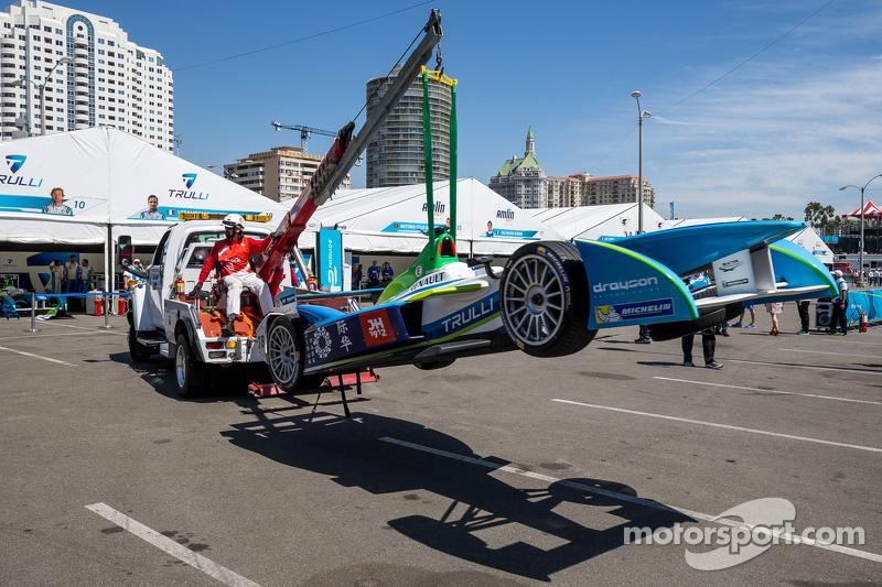 Das Auto von Vitantonio Liuzzi, Trulli, wird ins Fahrerlager zurückgebracht