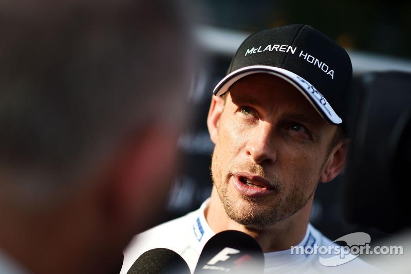 Jenson Button, McLaren, con la prensa