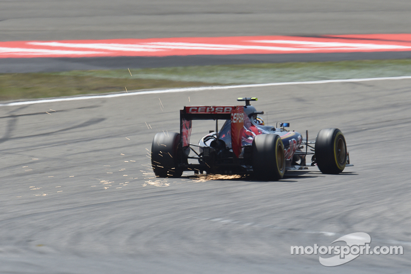 Carlos Sainz Jr., Scuderia Toro Rosso STR10 kirimkan percikan api