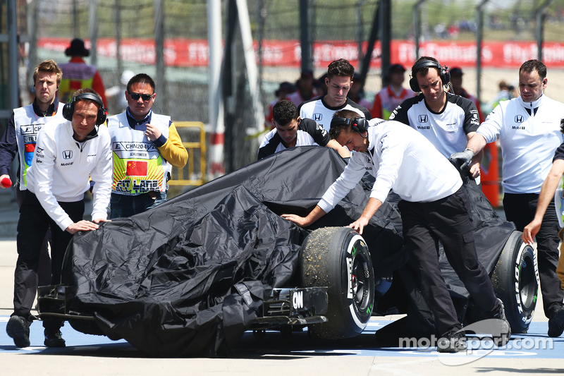 McLaren MP4-30 of Fernando Alonso, McLaren is recovered back to pits di third practice session