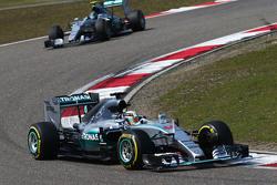 Lewis Hamilton, Mercedes AMG F1 W06 devant son équipier Nico Rosberg, Mercedes AMG F1 W06