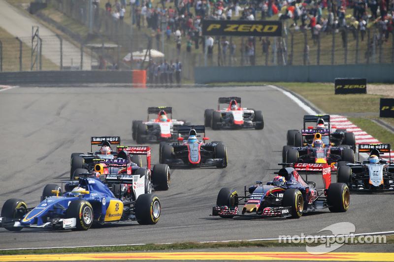 Max Verstappen, Scuderia Toro Rosso STR10, dan Marcus Ericsson, Sauber C34 di start of the race