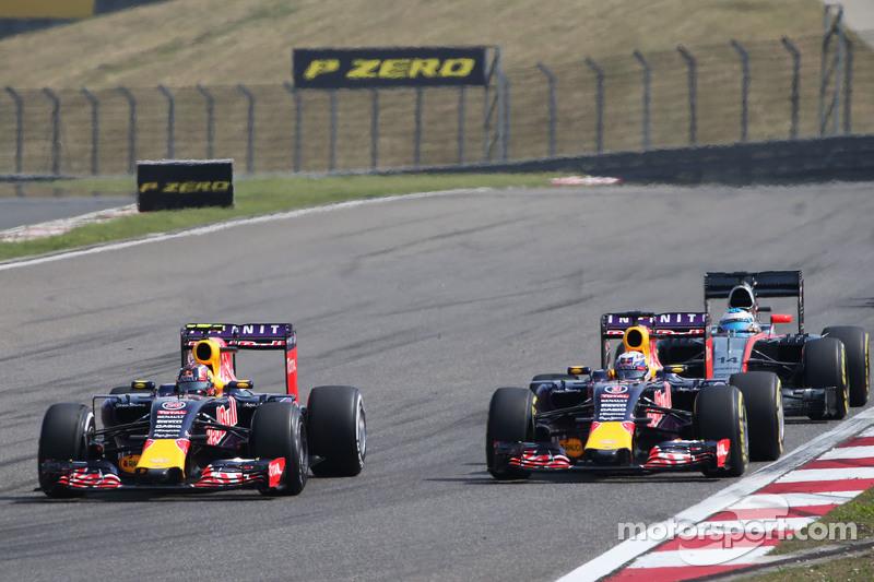 Daniil Kvyat, Red Bull Racing RB11 dan Daniel Ricciardo, Red Bull Racing RB11, bertarung memperebutkan posisi