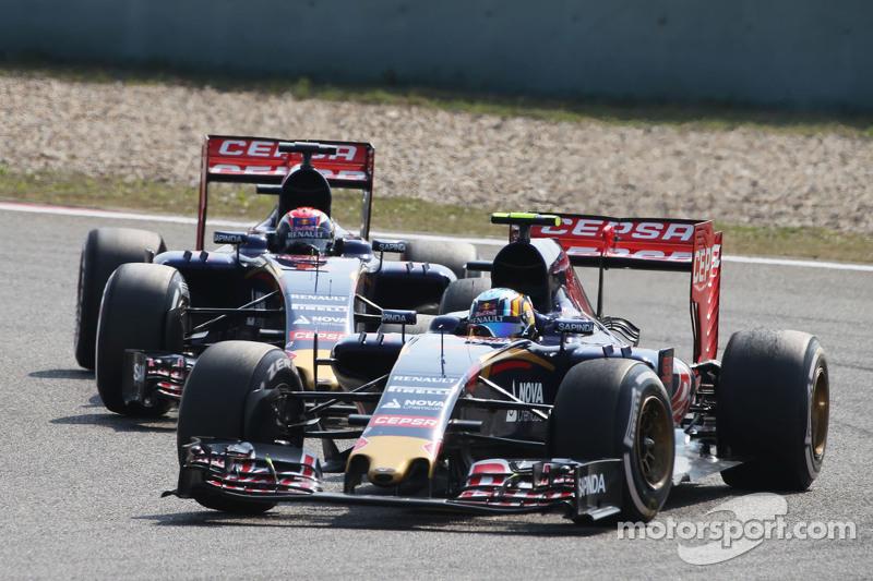 Carlos Sainz Jr., Scuderia Toro Rosso STR10 memimpin di depan rekan setim Max Verstappen, Scuderia Toro Rosso STR10
