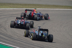 Daniil Kvyat, Red Bull Racing RB11, vor Daniel Ricciardo, Red Bull Racing RB11, und Fernando Alonso,
