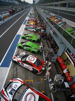 Gruppenfoto der Autos in der Boxengasse