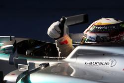 Le vainqueur Lewis Hamilton Mercedes AMG F1 W06 fête sa victoire dans le Parc Fermé