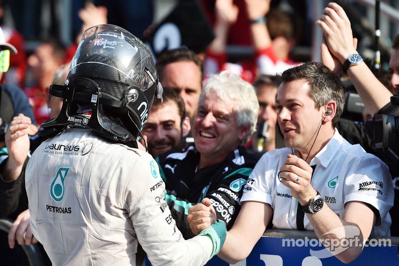 Nico Rosberg Mercedes AMG F1 merayakan his second position bersama tim in parc ferme