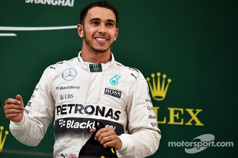 Juara balapan Lewis Hamilton Mercedes AMG F1 merayakans di podium