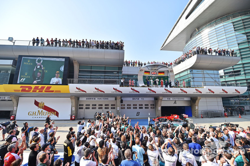 podium: Nico Rosberg Mercedes AMG F1, kedua; Lewis Hamilton Mercedes AMG F1, juara balapan; Sebastian Vettel Ferrari, ketiga