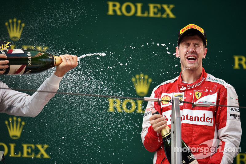 Sebastian Vettel Ferrari merayakan his third position bersama the champagne di podium