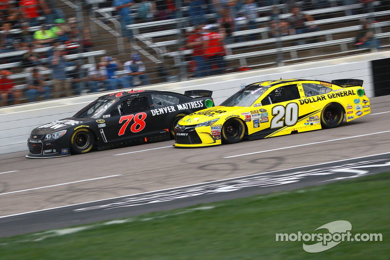 Метт Кенсет, Joe Gibbs Racing Toyota та Мартін Труекс мол., Furniture Row Racing Chevrolet