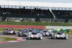 Start: #17 Porsche Team, 919 Hybrid: Timo Bernhard, Mark Webber, Brendon Hartley, und #18 Porsche Te