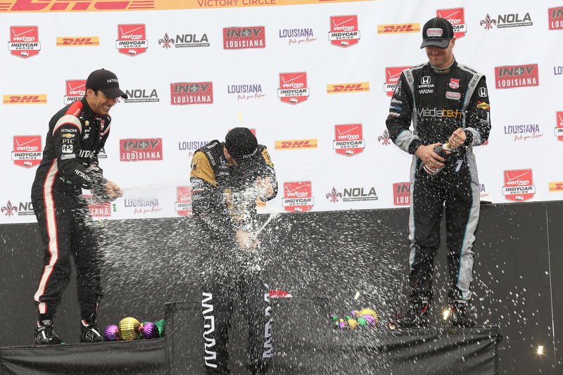 Podium: Second place Helio Castroneves, Team Penske Chevrolet, race winner James Hinchcliffe, Schmid