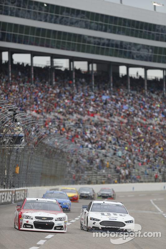 Kevin Harvick, Stewart-Haas Racing Chevrolet and Brad Keselowski, Team Penske Ford
