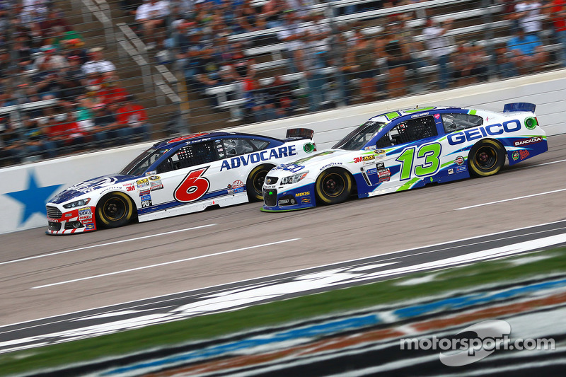 Trevor Bayne, Roush Fenway Racing Ford dan Casey Mears, Germain Racing Chevrolet