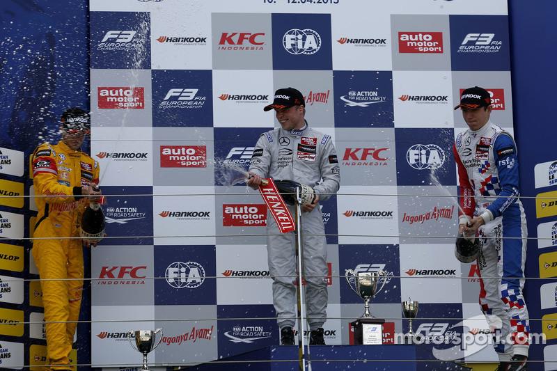 Podium: 2. Antonio Giovinazzi, Jagonya Ayam mit Carlin; 1. Felix Rosenqvist, Prema Powerteam, und 3.