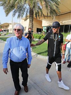 (Kiri ke Kanan): Bernie Ecclestone, dengan Lewis Hamilton, Mercedes AMG F1