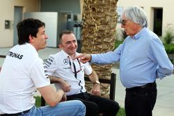 (L naar R): Toto Wolff, Mercedes AMG F1 Aandeelhouder en Executive Director met Paddy Lowe, Mercedes AMG F1 Executive Director, en Bernie Ecclestone