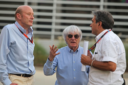 (Von links nach rechts): Donald Mackenzie, CVC Capital Partners Managing Partner, Co-Head von Global Investments, mit Bernie Ecclestone und Pasquale Lattuneddu, beide FOM
