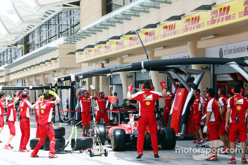 Ferrari-Mechaniker bei ihren Aufwärmübungen