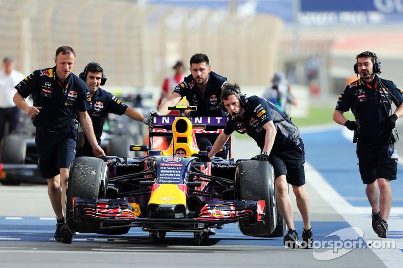 Der Red Bull Racing RB11 von Daniil Kvyat, Red Bull Racing, wird im dritten Training von den Mechani