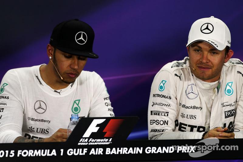 Lewis Hamilton, Mercedes AMG F1, dan rekan setim Nico Rosberg, Mercedes AMG F1 di FIA Press Conferen
