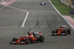 Себастьян Феттель, Ferrari SF15-T лідирує  товариш по команді Кімі Райкконен, Ferrari SF15-T