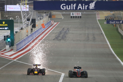 Даниил Квят, Red Bull Racing RB11 и Фернандо Алонсо, McLaren MP4-30 борются за позицию