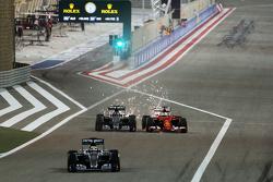Льюис Хэмилтон на Mercedes AMG F1 W06 покидает пит-лейн; Нико Росберг на Mercedes AMG F1 W06 и Себас